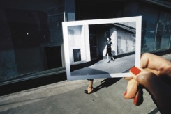 Foto di Guy Bourdin (presente anche nella mostra Unseen alla Galleria Franca Sozzani, 2009. http://www.galleriacarlasozzani.org/#/exhibitions/5/