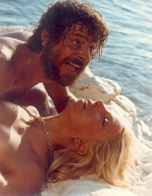 Travolti da un insolito destino nell'azzurro mare d'agostoGiancarlo Giannini & Mariangela Melato